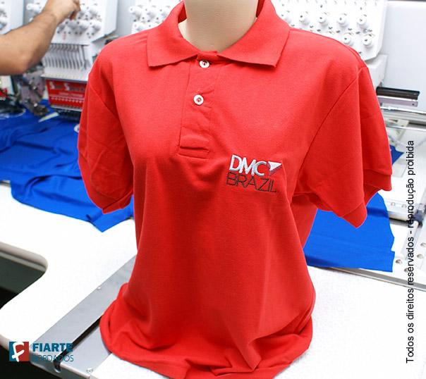 f60379e76b ... Camisa feminina vermelho Polo feminina branca com logotipo bordado ...