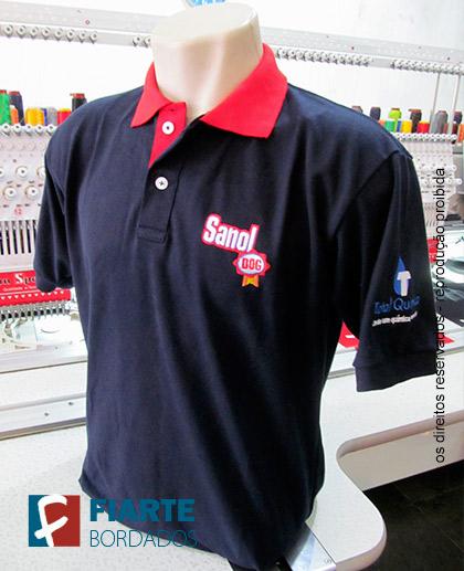 03dd74670c ... Camisa azul marinho com gola vermelha ...