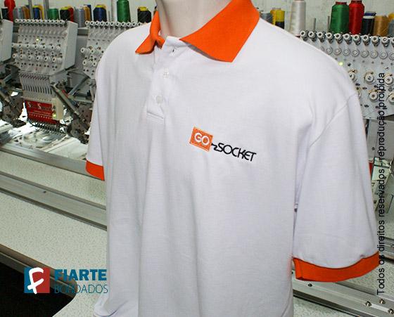 ... polo promocional Camisa branca com detalhes da gola laranja ... df201d23e346c