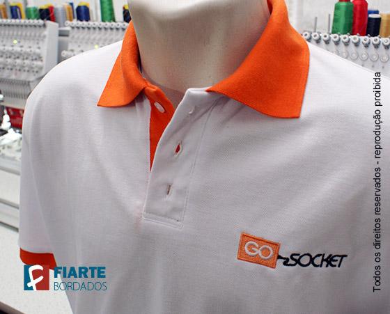 ... Camisa branca com detalhes da gola laranja Camisa polo ... 01e6573f98fc7