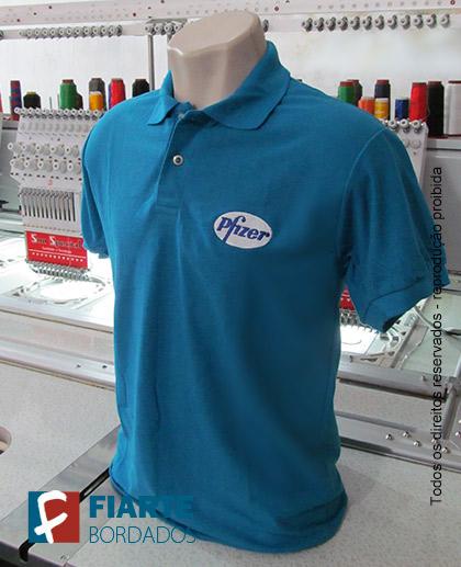26997d6452790 ... Camisa polo com logo bordado ...
